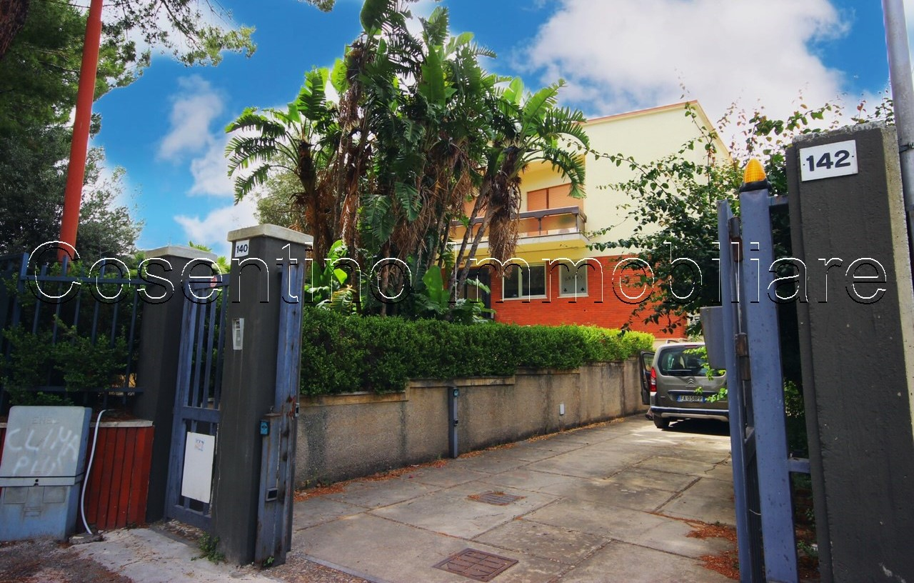 Ufficio 250 mq con giardino e posti auto – via Ugo la Malfa